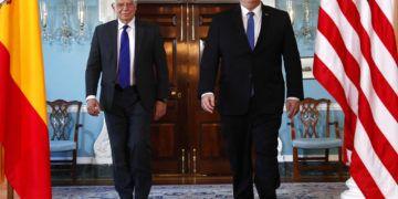 El secretario de Estado estadounidense Mike Pompeo, derecha, camina con el canciller español Josep Borrell en el Departamento de Estado el lunes 1 de abril de 2019 en Washington. (AP Foto/Jacquelyn Martin)