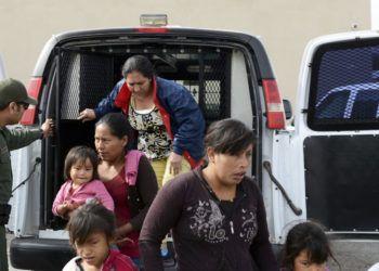 En esta fotografía del viernes 12 de abril de 2019, un agente de la Patrulla Fronteriza ayuda a migrantes a salir de una camioneta en la Misión de Rescate Gospel en Las Cruces, Nuevo México. (Blake Gumprecht/The Las Cruces Sun News vía AP)