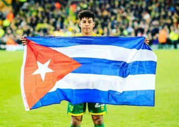 El futbolista Onel Hernández con la bandera cubana, tras el ascenso del Norwich City a la Premier League inglesa. Foto: Perfil del Facebook del deportista/Archivo.