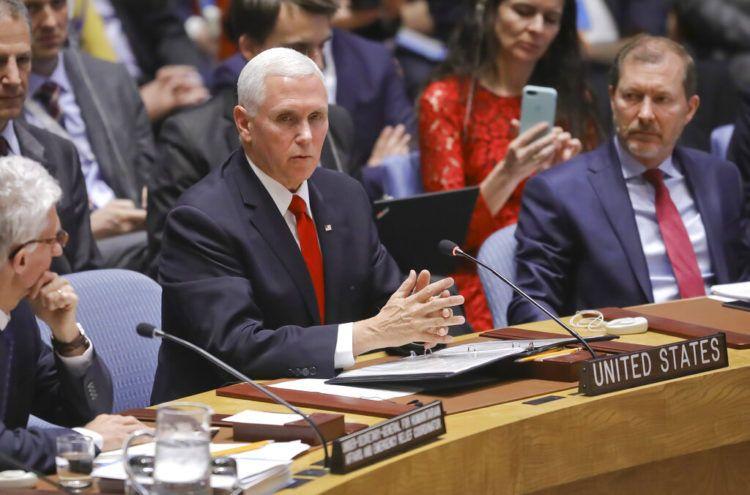 El vicepresidente de Estados Unidos Mike Pence, en el centro, se dirige a una reunión sobre Venezuela en el Consejo de Seguridad de las Naciones Unidas, el miércoles 10 de abril de 2019. (AP Foto / Bebeto Matthews)