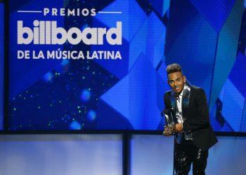 """Ozuna recibe el premio artista """"Latin Rhythm"""" del año, solista en la ceremonia de los Premios Billboard de la Música Latina, el jueves 25 de abril del 2019 en Las Vegas. Foto: Eric Jamison/Invision/AP."""