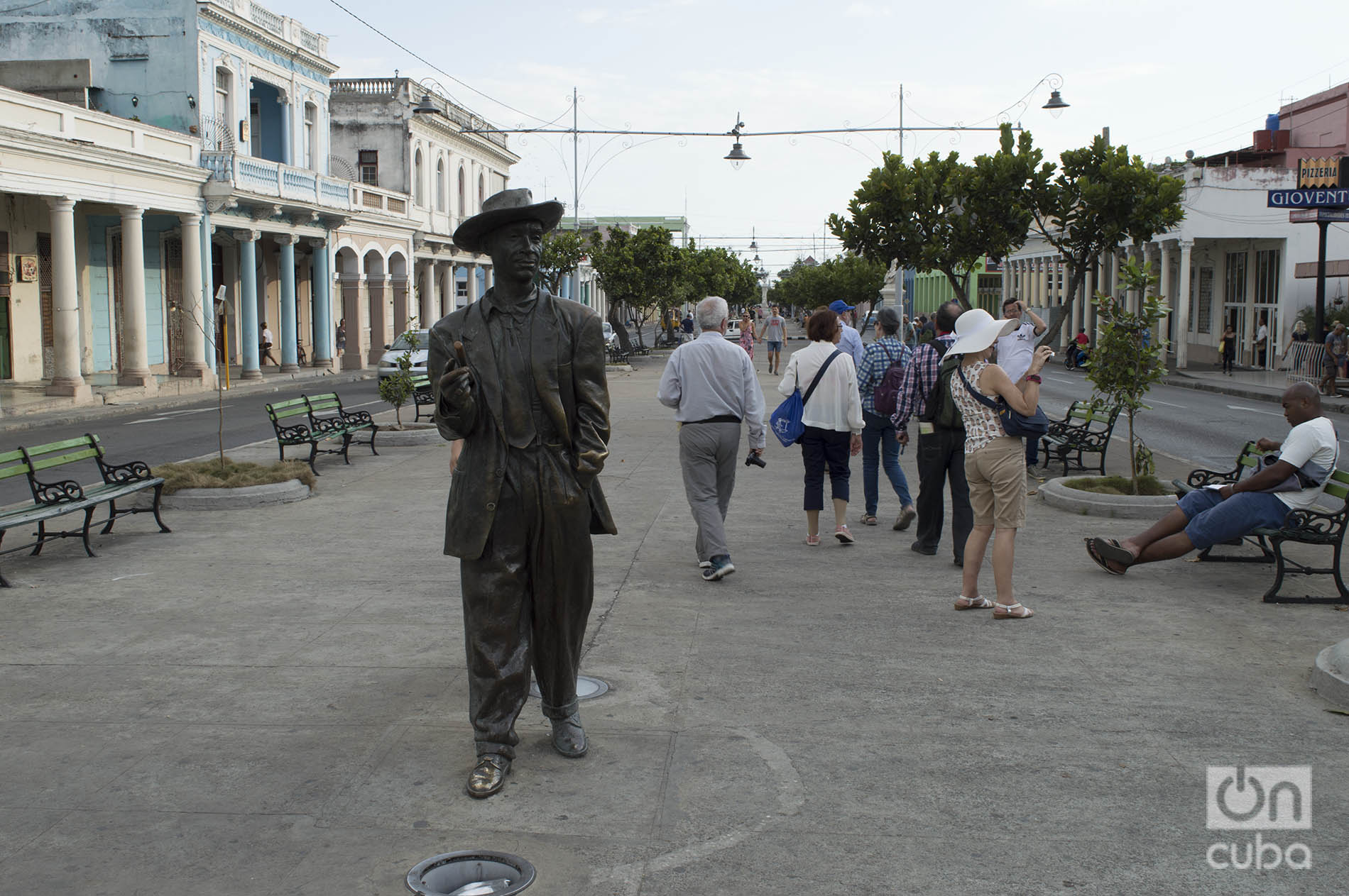Escultura de Benny Moré en el Paseo del Prado de Cienfuegos. Foto: Otmaro Rodríguez.