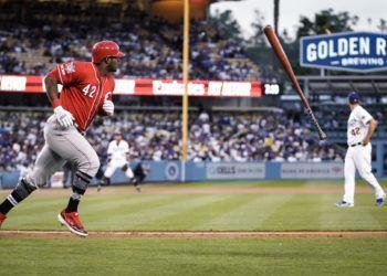 Con uno de sus habituales y electrizantes bat flip, Yasiel Puig desató la locura en Los Ángeles. Foto: Cincinnati Reds