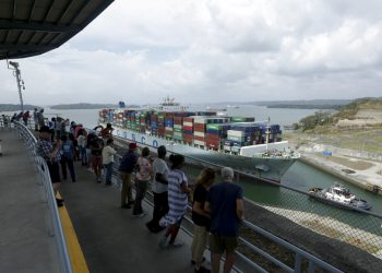 Turistas observan el paso de un buque de mercancías por la esclusa de Agua Clara del Canal de Panamá, el 20 de abril de 2019. Foto: Arnulfo Franco / AP.