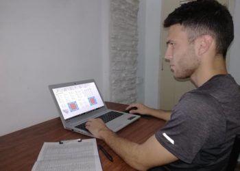 Alfredo Ríos trabaja con su programa Stike Zone. Foto: Tomada de Juventud Rebelde