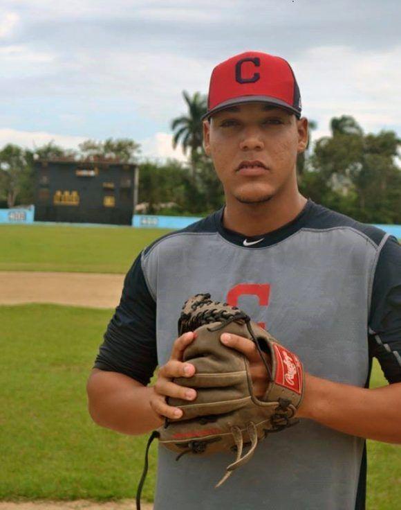 Roberto Hernández, quien renunció a un contrato con los Indios de Cleveland en Estados Unidos, lanzará con los Gallos espirituanos. Foto: Elsa Ramos
