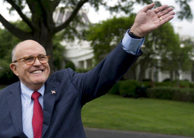 En esta imagen de 2018, Rudy Giuliani, abogado del presidente Donald Trump, saluda a los asistentes al Día de Deportes y Ejercicio de la Casa Blanca en el Patio Sur de la Casa Blanca en Washington. Foto: Andrew Harnik / AP / Archivo.
