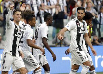 Cristiano Ronaldo (izquierda) y sus compañeros de la Juventus festejan el segundo gol en la victoria 2-1 ante Fiorentina en la Serie A, el sábado 20 de abril de 2019. (AP Foto/Luca Bruno)
