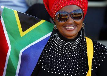Una mujer con una bandera de Sudáfrica asiste a las celebraciones por el Día de la Libertad en Kwa-Thema, cerca de Johannesburgo, el sábado 27 de abril de 2019. Foto:Denis Farrell/AP.