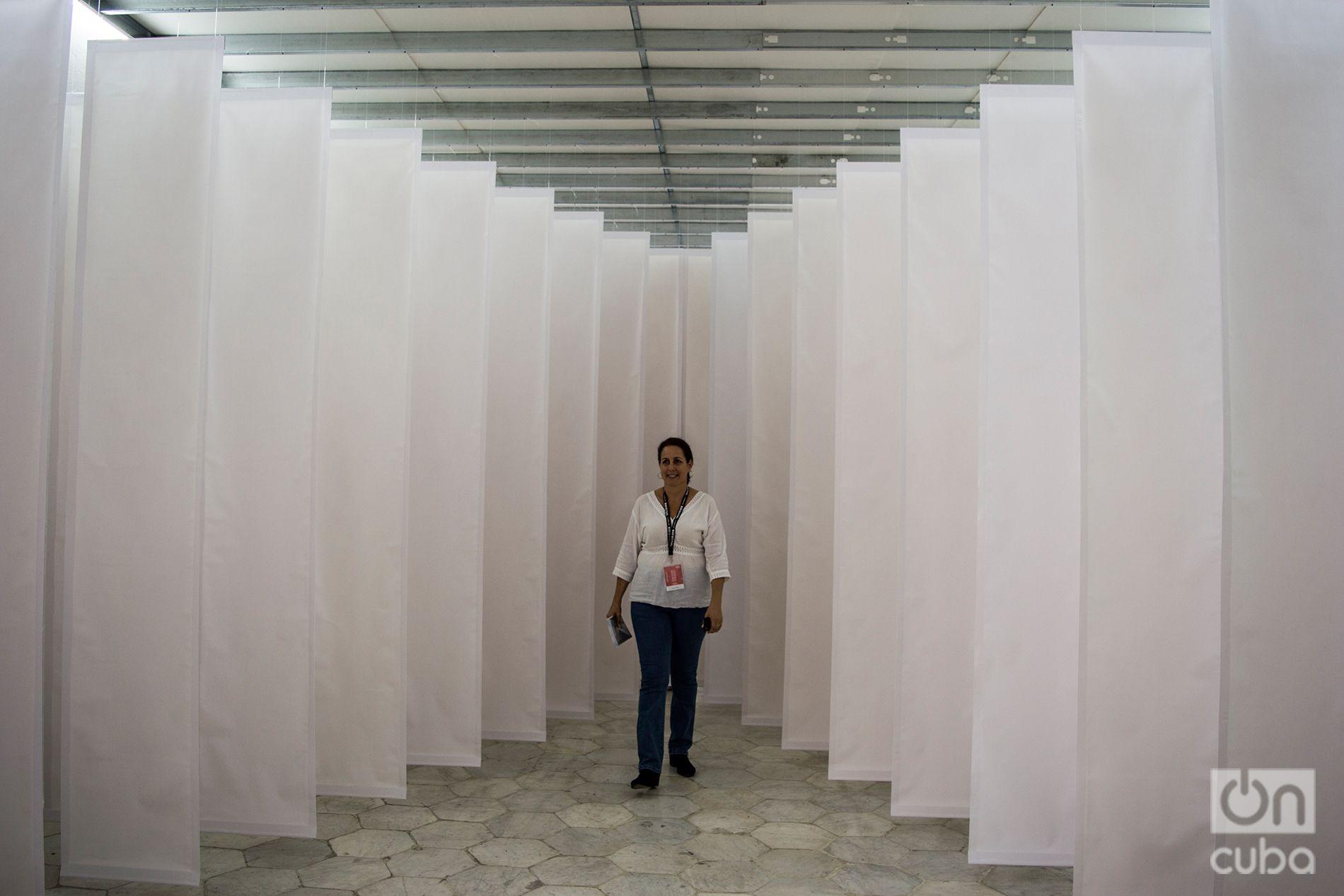 """Instalación """"Blanco"""", de la artista cubana Tamara Campo, en el Centro de Arte Contemporáneo Wifredo Lam, durante la XIII Bienal de La Habana. Foto: Otmaro Rodríguez."""