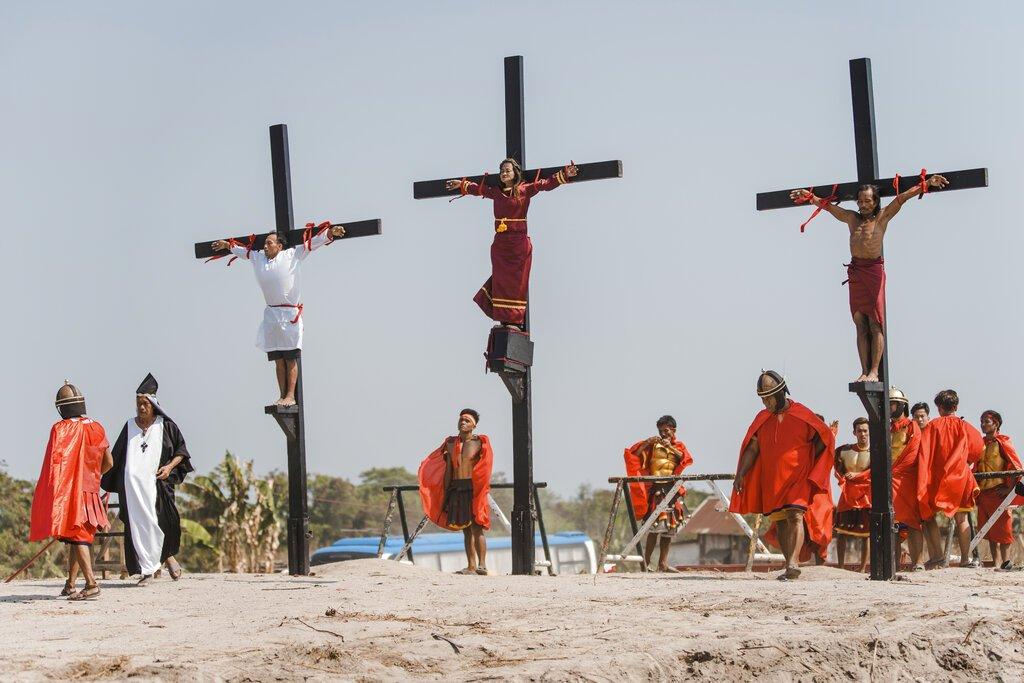 Tres devotos filipinos son clavados en la cruz como parte de los rituales de Viernes Santo en el pueblo San Pedro Cutud, provincia de Pampanga, Filipinas, el viernes 19 de abril de 2019. Foto: Iya Forbes / AP.