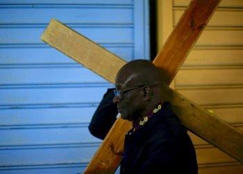 Un feligrés cristiano carga una cruz en Vía Dolorosa rumbo a la Iglesia del Santo Sepulcro durante la procesión del Viernes Santo en la Ciudad Vieja de Jerusalén, el viernes 19 de abril de 2019. Foto: Ariel Schalit / AP.