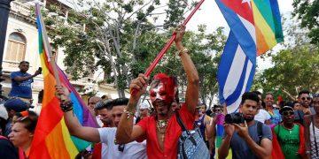 Activistas durante una manifestación ilegal convocada después de que se cancelara la marcha anual del orgullo gay que organiza el oficialista Centro Nacional de Educación Sexual (Cenesex), dirigido por Mariela Castro. Foto: Ernesto Mastrascusa / EFE.