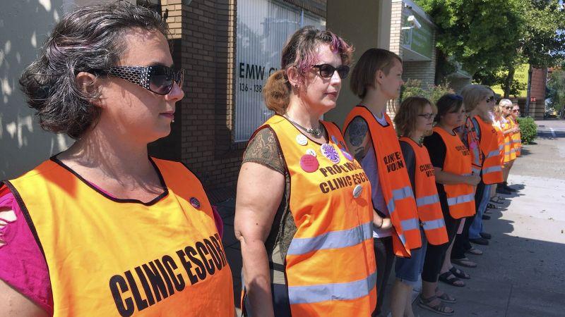 Activistas en una clínica de Louisville, Kentucky. Foto: Dylan Lovan/Associated Press.