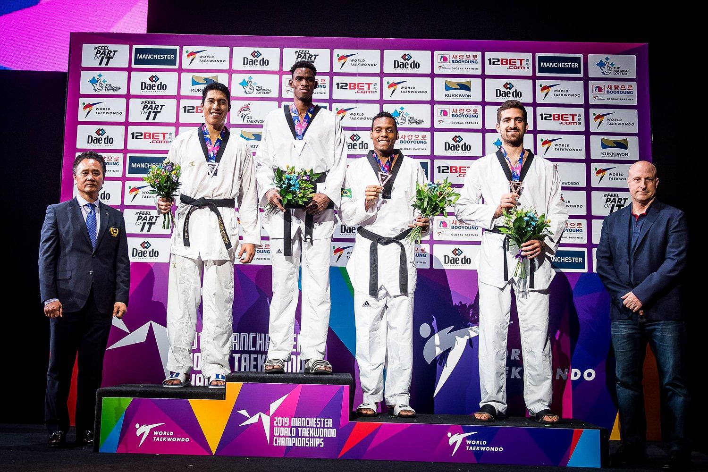 El cubano Rafael Alba (3-i) en lo más alto del podio de la división de +87 kg en el Campeonato Mundial de Taekwondo de Manchester, Reino Unido, el 19 de mayo de 2019. A su lado, el mexicano Carlos Sansores (plata, 2-i), el brasileño Maicon Siqueira (3-d) y el jordano Hamza Katan (2-d), bronces. Foto: worldtaekwondo.org