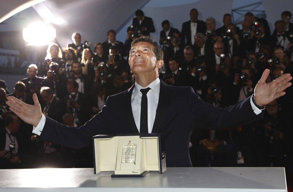 """Antonio Banderas tras ganar el premio al mejor actor por """"Dolor y gloria"""" de Pedro Almodóvar en el Festival de Cine de Cannes, el sábado 25 de mayo del 2019 en Cannes, Francia. Foto: Vianney Le Caer/Invision/AP."""