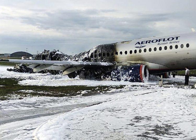 El Sukhoi Superjet 100 de Airflot Airlines sobre la pista del aeropuerto Sheremetyevo de Moscú, después del incendio. Foto: Moscow News Agency vía AP.