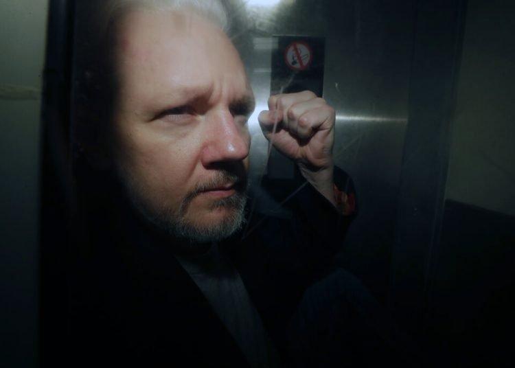 Julian Assange mientras es llevado a una corte de Londres, el 1ro de mayo de 2019. Foto: Matt Dunham / AP.