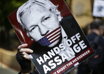 Manifestantes protestan a favor de Julian Assange afuera del tribunal donde estaba prevista una comparecencia del fundador de WikiLeaks en Londres, el 1ro de mayo de 2019. Foto: Matt Dunham / AP / Archivo.