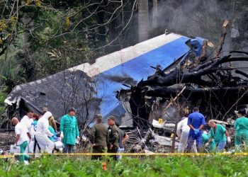 restos del avión Boeing-737 que se estrelló el viernes 18 de mayo, poco después de despegar del aeropuerto José Martí. Foto: Omara García / EFE.
