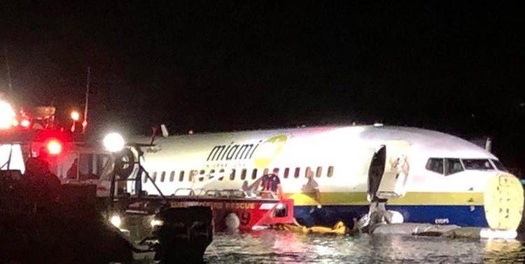 Un avión Boeing 737 fletado que se deslizó de una pista hacia el río St. Johns cuando aterrizó en la Estación Aérea Naval de Jacksonville el 3 de mayo 2019. Foto: Oficina del Alguacil de Jacksonville, Florida / EPA / EFE.