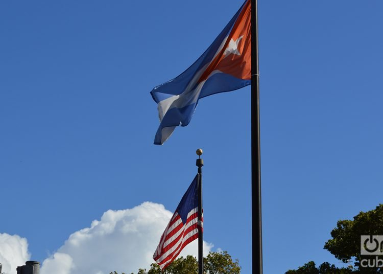 Banderas cubana y estadounidense en Miami. Foto: Marita Pérez Díaz.
