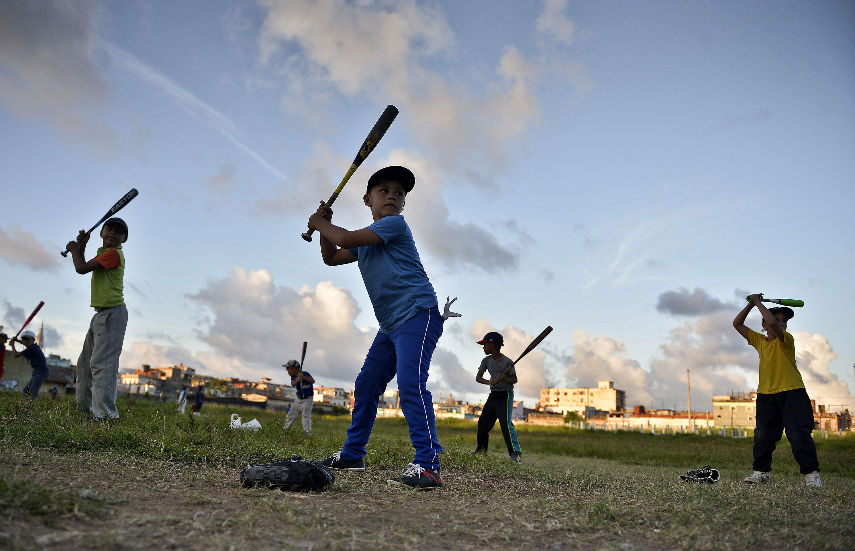 La base del béisbol cubano necesita una importante inyección de implementos y recursos para mejorar los terrenos locales. Foto: Tomada de Eawaz