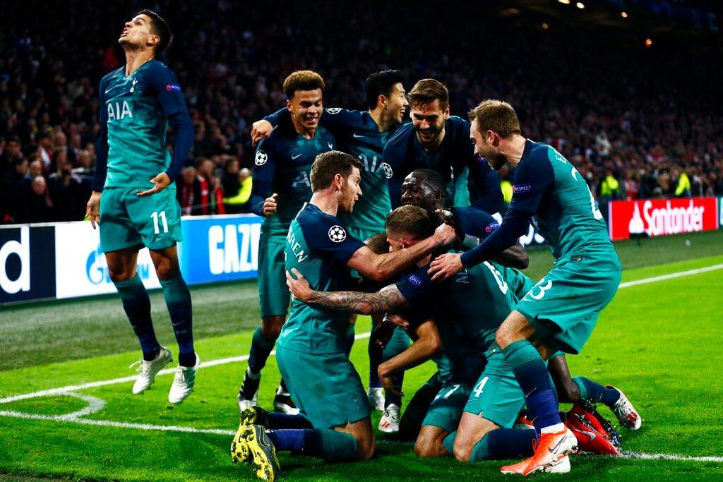 Los jugadores de Tottenham festejan tras el tercer gol en la victoria 3-2 ante Ajax en la semifinal de la Liga de Campeones, el miércoles 8 de mayo de 2019, en Ámsterdam. (AP Foto/Peter Dejong)