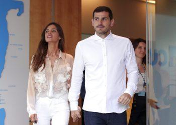 El arquero español Iker Casillas, junto a su esposa Sara Carbonero, abandona un hospital en Porto, Portugal, el lunes 6 de mayo de 2019. (AP Foto/Luis Vieira)