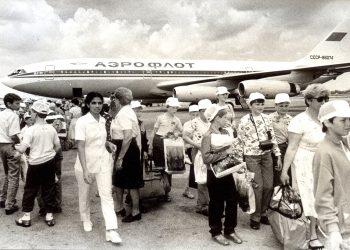 Niños de la entonces Unión Soviética de la afectados por el desastre nuclear de Chernóbil a su llegada a Cuba para recibir atención médica. Foto: pasatiempo.pe