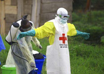Fotografía de archivo del 9 de septiembre de 2018 de un trabajador rociando desinfectante a su colega luego de trabajar en un centro de tratamiento de ébola en Beni, Congo. Foto: AP/Al-hadji Kudra Maliro\Archivo.