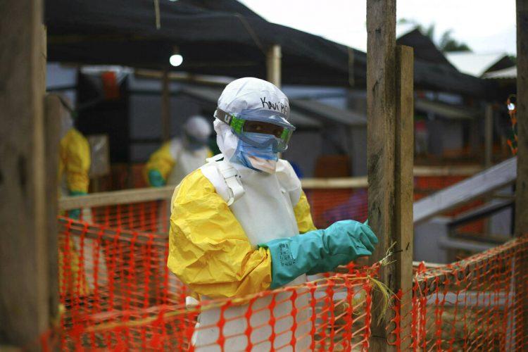 Un trabajador de sanidad aparece en un centro de tratamiento contra el ébola en Beni, en el oriente del Congo, el martes 16 de abril del 2019. (AP Foto/Al-hadji Kudra Maliro)