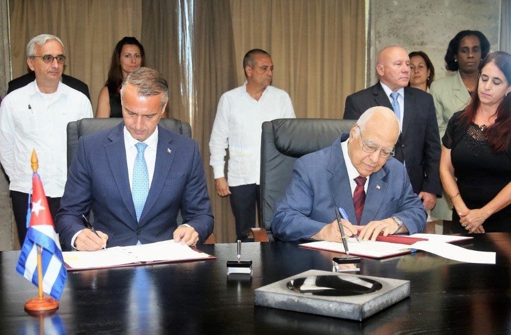 El vicepresidente cubano Ricardo Cabrisas (derecha-delante), y el vice primer ministro de Inversiones e Informatización de Eslovaquia (izquierda-delante), Richard Raši, firman un acuerdo para la consolidación de las relaciones económicas entre ambos países, el lunes 13 de mayo de 2019. Foto: Cubaminrex.