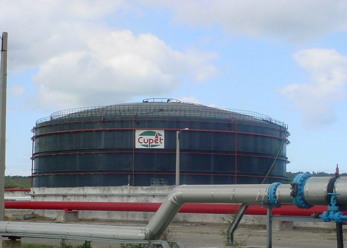 Un almacén de CUPET en la refinería Ñico López, en La Habana. AP