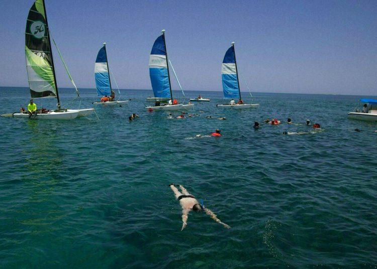 Turistas hacen snorkel en el Caribe frente a la playa de Varadero, Cuba. Foto: Ismael Francisco / AP.