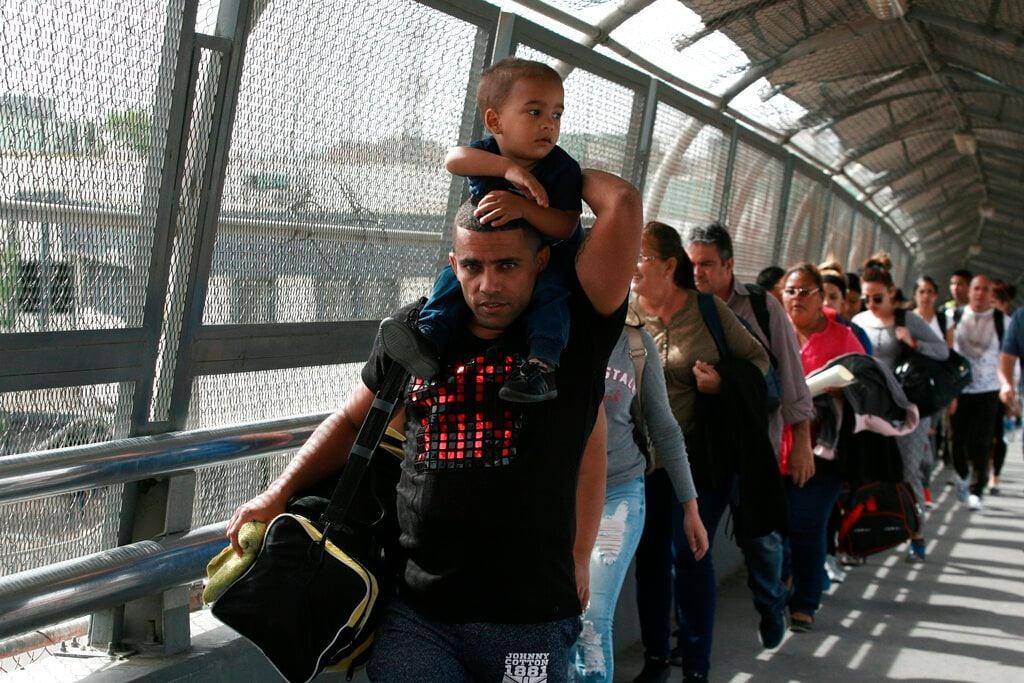 En esta fotografía del 29 de abril de 2019, migrantes cubanos son escoltados por las autoridades de inmigración mexicanas en Ciudad Juárez, México. (AP Foto/Christian Torres)