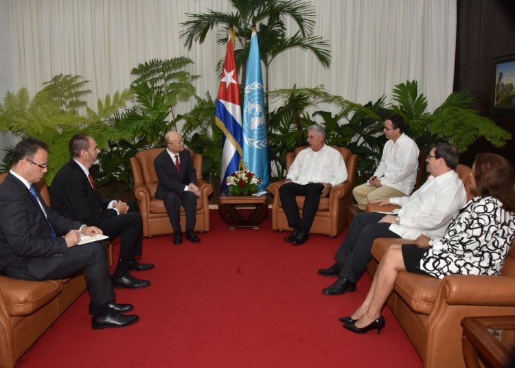El presidente cubano, Miguel Díaz-Canel (4-i), y el director general del Organismo Internacional de la Energía Atómica, el japonés Yukiya Amano (3-d), se reúnen en La Habana el 17 de mayo de 2019. Foto: @BrunoRguezP / Twitter.