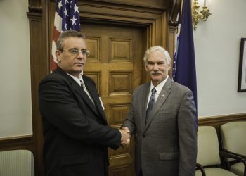 Michael Scuse (derecha) saluda al Ministro Cubano de agricultura Gustavo Rodriguez Rollero en una reunión en Washington en Junio de 2016. Foto: Steve Thompson.