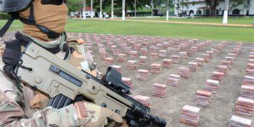 Un soldado panameño junto al cargamento de cocaína descubierto en el Puerto de Cristóbal en un contenedor procedente de Cuba. Foto: @minsegpanama / Twitter.