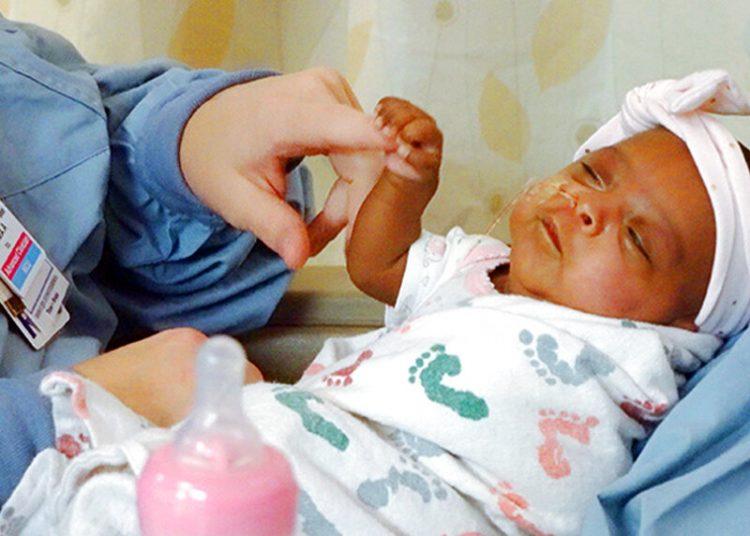 Una bebé que cuando nació en diciembre pesó apenas 245 gramos (unas 8,6 onzas). Foto: Sharp HealthCare vía AP.