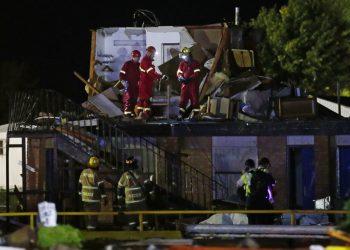 Trabajadores de emergencias inspeccionan lo que queda del segundo piso de un hotel el domingo 26 de mayo de 2019, en El Reno, Oklahoma, tras un probable tornado el sábado por la noche. Foto: Sue Ogrocki / AP.