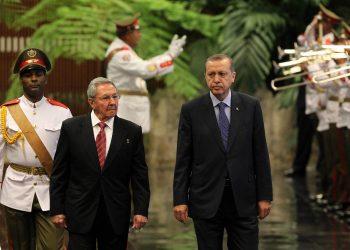 El presidente turco Recep Tayyip Erdogan (d) junto al entonces mandatario cubano Raúl Castro, durante su visita a La Habana en febrero de 2015. Foto: EFE / Archivo.