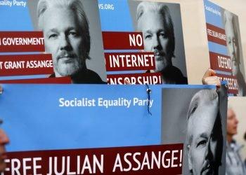 Manifestantes con carteles con la imagen del fundador de WikiLeaks, Julian Assange, protestan en la entrada del tribunal de Westminster, en Londres, el 2 de mayo de 2019. Foto: Frank Augstein / AP / Archivo.