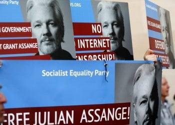 Manifestantes con carteles con la imagen del fundador de WikiLeaks, Julian Assange, protestan en la entrada del tribunal de Westminster, en Londres, el 2 de mayo de 2019. Foto: Frank Augstein / AP.