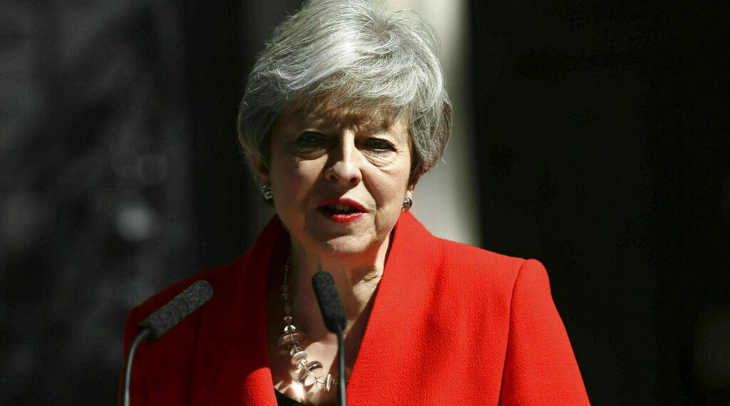 La primera ministra de Gran Bretaña, Theresa May, anuncia su renuncia en el exterior de su residencia oficial, en el 10 de Downing Street, en Londres, el 24 de mayo de 2019. Foto: Yui Mok / PA vía AP.