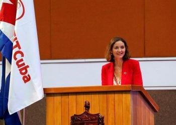La ministra de Turismo de España, Reyes Maroto, pronuncia un discurso este martes, durante la inauguración oficial de la Feria Internacional de Turismo FitCuba 2019, en el Palacio de Convenciones en La Habana (Cuba). Foto: EFE/ Ernesto Mastrascusa.
