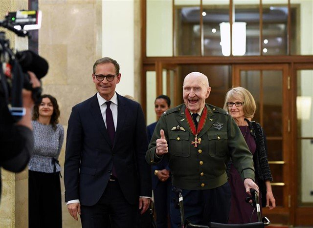 El piloto estadounidense Gail Halvorsen, de 98 años, recibe homenaje en Berlín. Foto: Annegret Hilse/Reuters