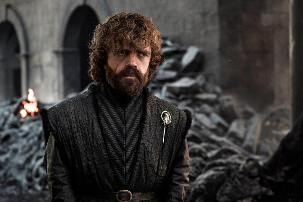 """En esta imagen difundida por HBO, Peter Dinklage en una escena del capítulo final de """"Game of Thrones"""" que se transmitió el domingo 19 de mayo del 2019. Foto: HBO vía AP."""