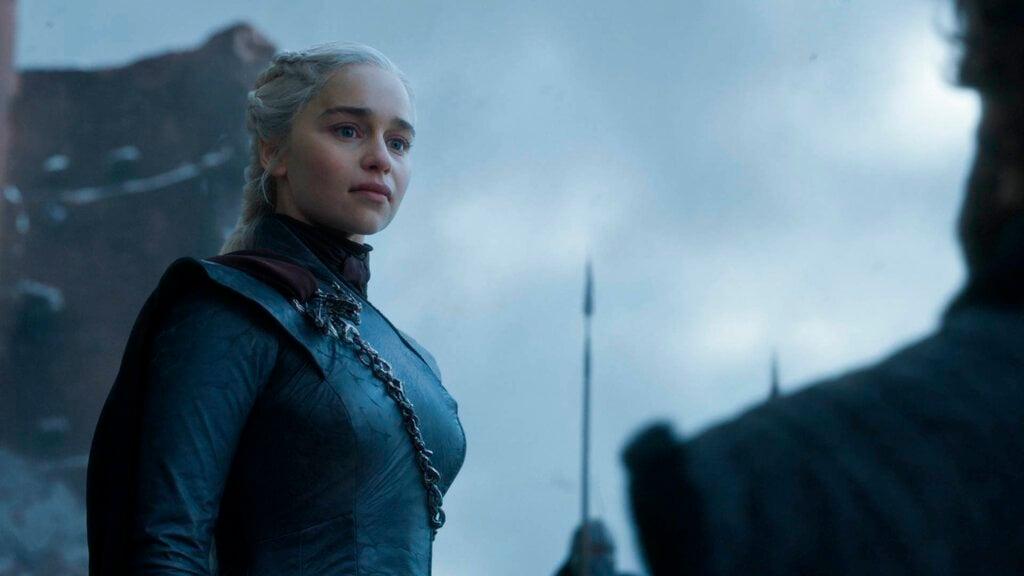 """En esta imagen difundida por HBO, Emilia Clarke en una escena del capítulo final de """"Game of Thrones"""" que se transmitió el domingo 19 de mayo del 2019. Foto: HBO vía AP."""