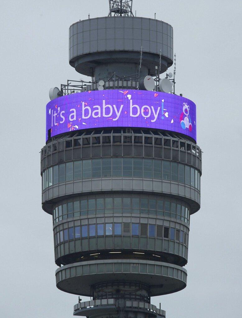 La torre BT muestra un mensaje en celebración del nacimiento del primogénito del príncipe Enrique y Meghan, duquesa de Sussex en Londres el lunes 6 de mayo de 2019. (Yui Mok/PA via AP)